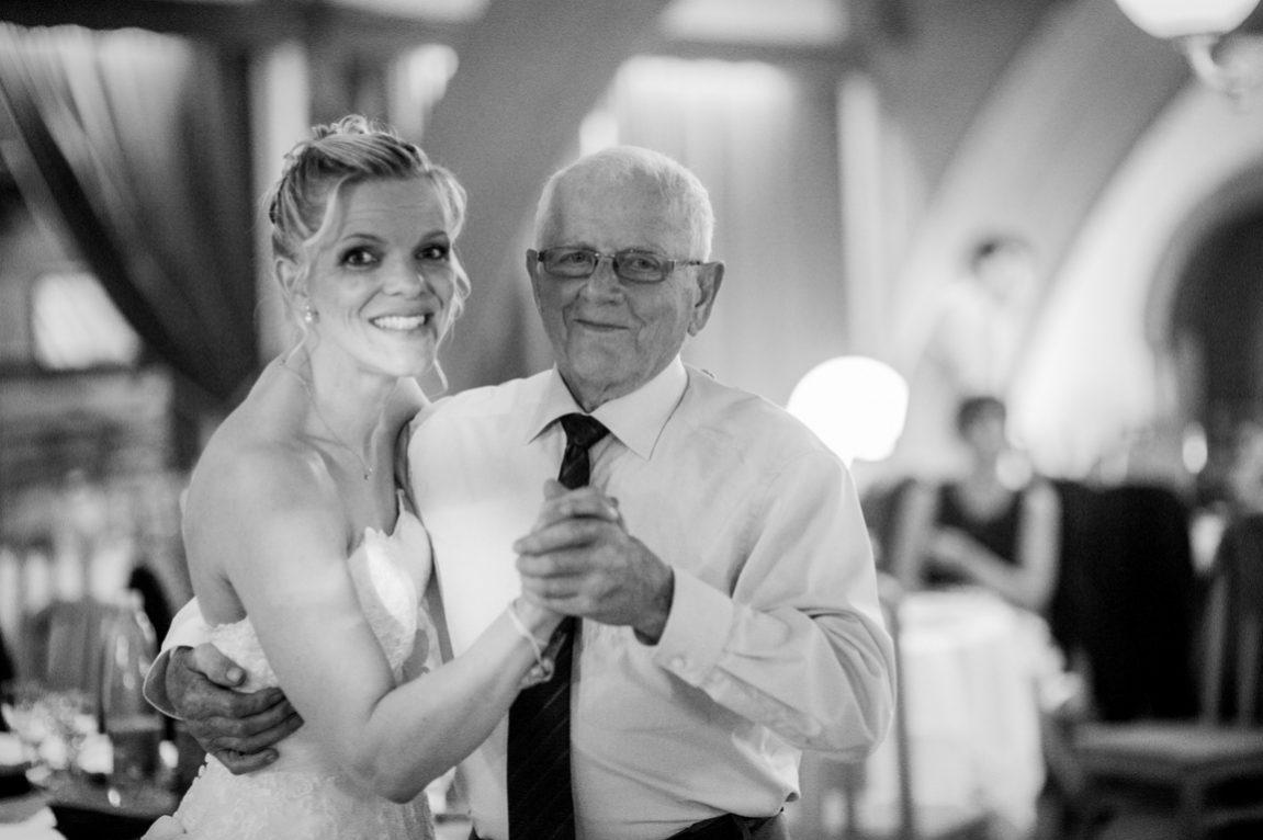 Danse de la mariée avec son grand père-photographe Toul Lunéville Remiremont mariage-www.gregory clement.fr
