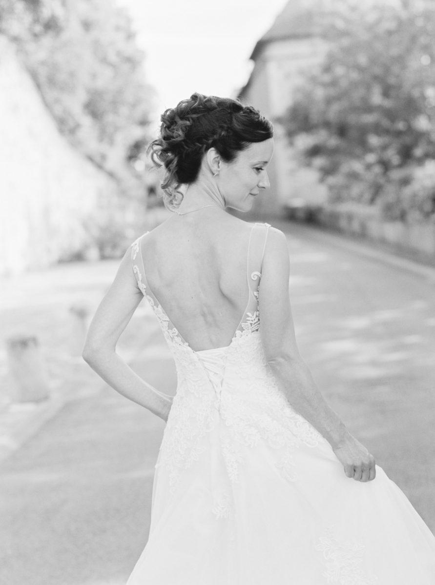 mariée en noir et blanc, dans la rue-galerie-argentique-film-wedding-photographer-gregphoto-France