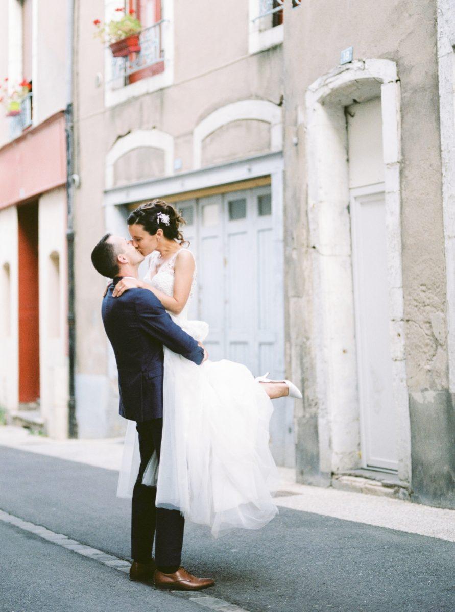 mariée portée par le marié dans la rue-galerie-argentique-film-wedding-photographer-gregphoto-Luxembourg