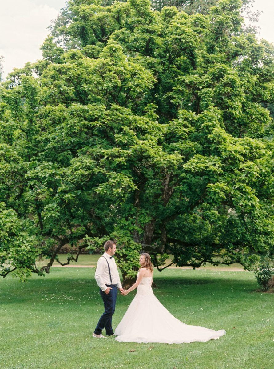 mariés devant un arbre-photo-argentique-film-wedding-photographer-gregphoto-nancy-france