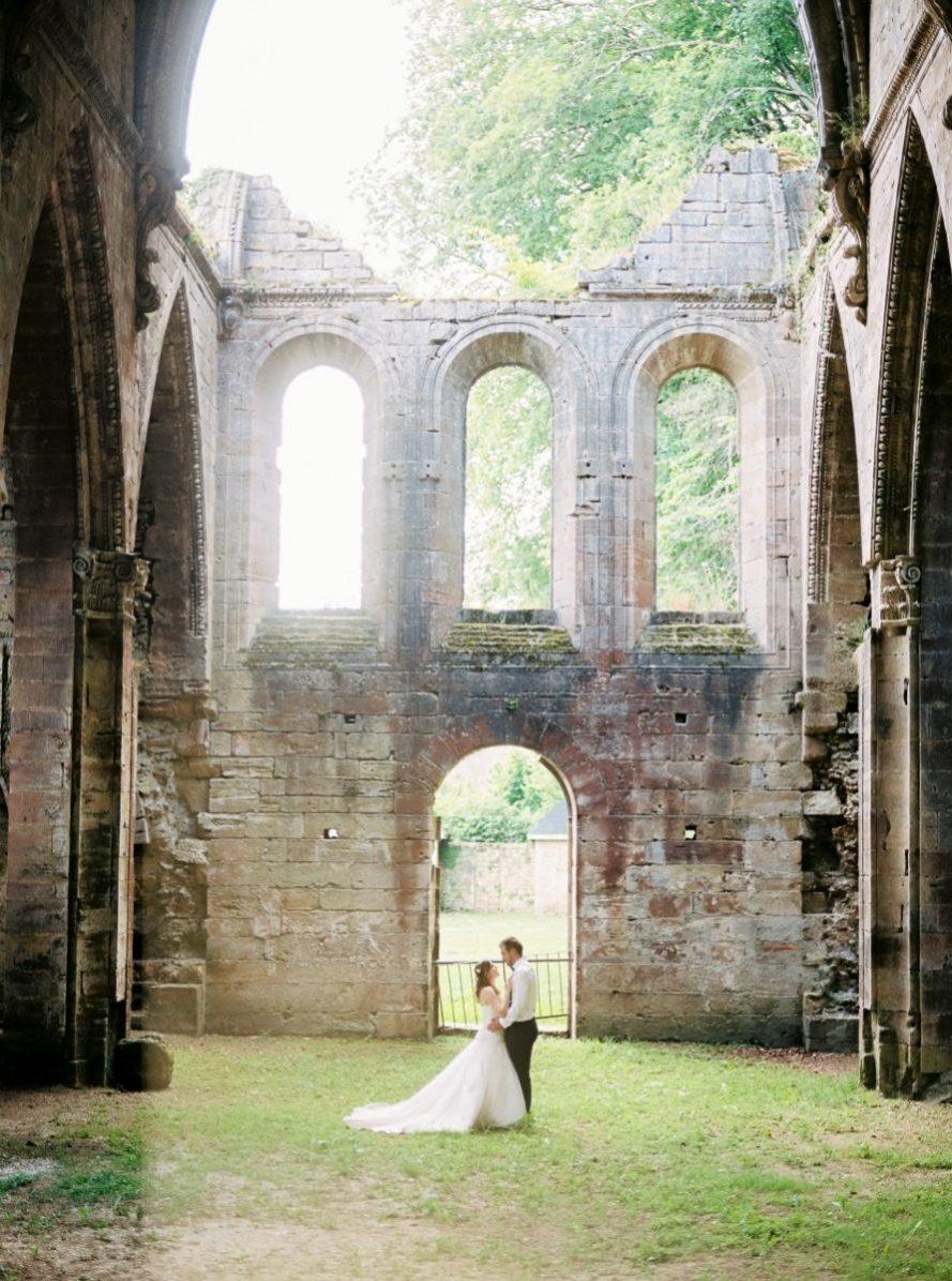 mariés dans une cour d'abbaye-photo-argentique-film-wedding-photographer-gregphoto-nancy-touls