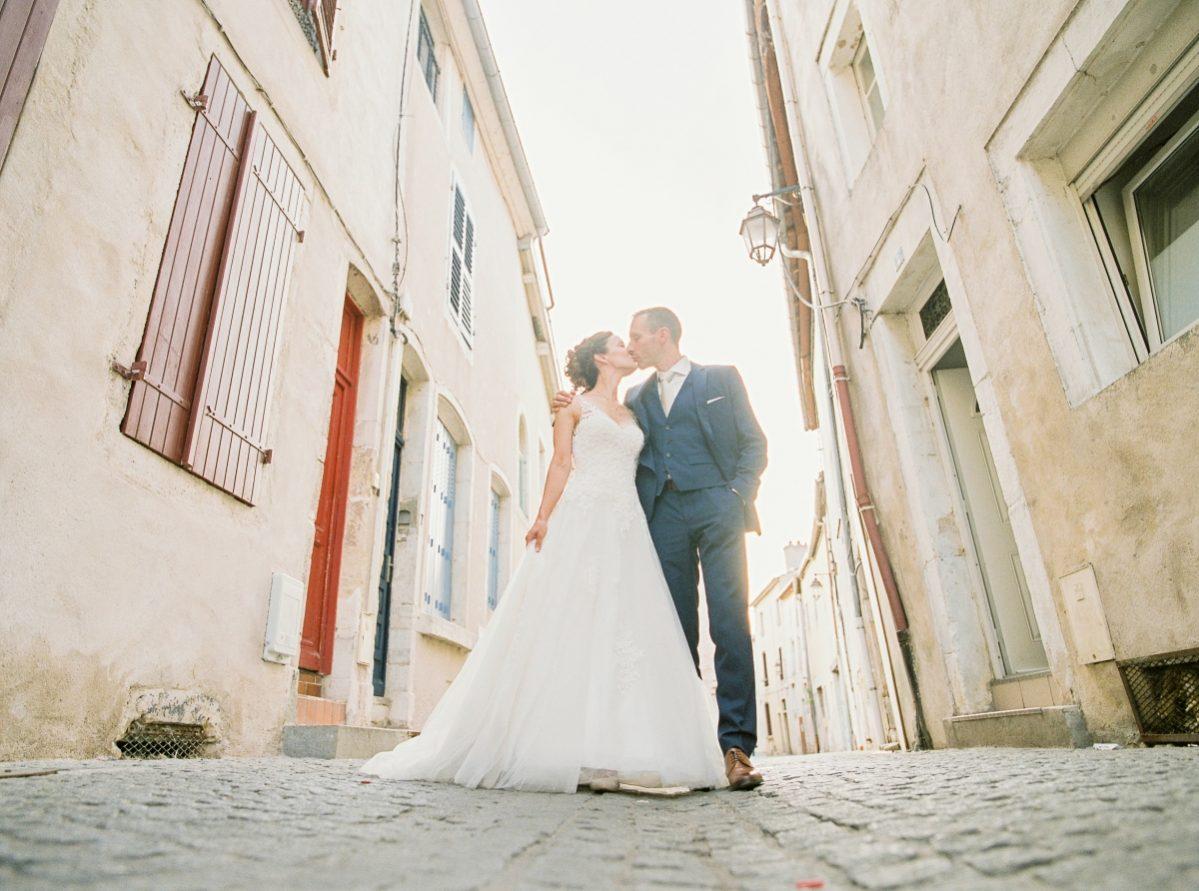 mariés dans la rue 2-photo en portrait-galerie-argentique-film-wedding-photographer-gregphoto-Paris-france