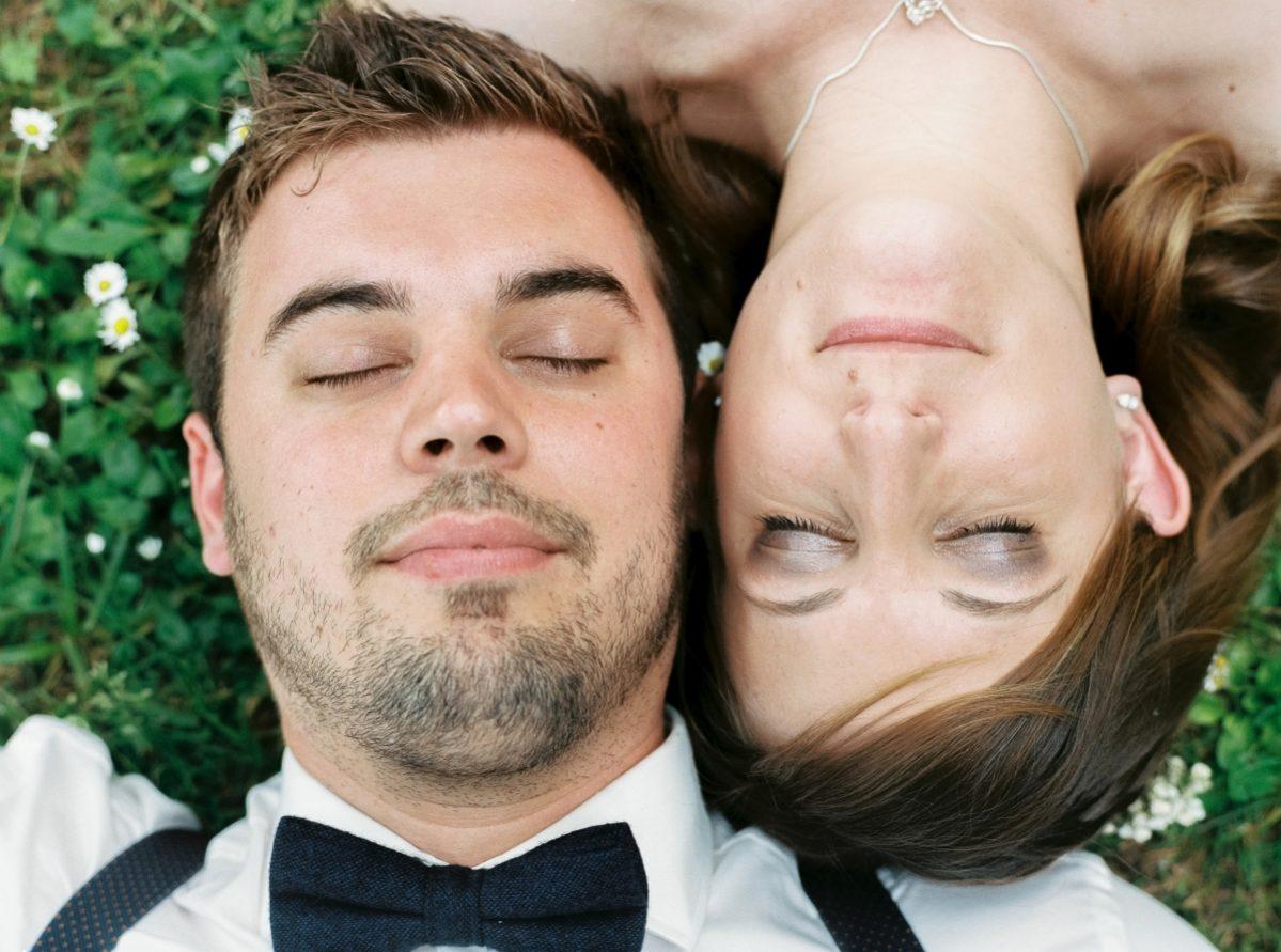 mariés couchés dans un pré en paysage-photo-galerie-argentique-film-wedding-photographer-gregphoto-Paris-france-luxembourg