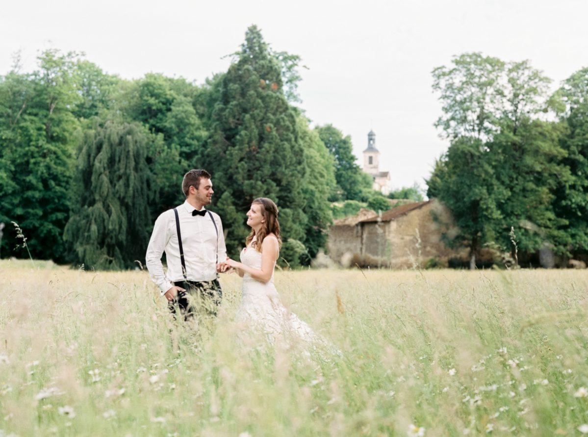 mariés dans un pré en paysage-photo-galerie-argentique-film-wedding-photographer-gregphoto-Paris-france-luxembourg