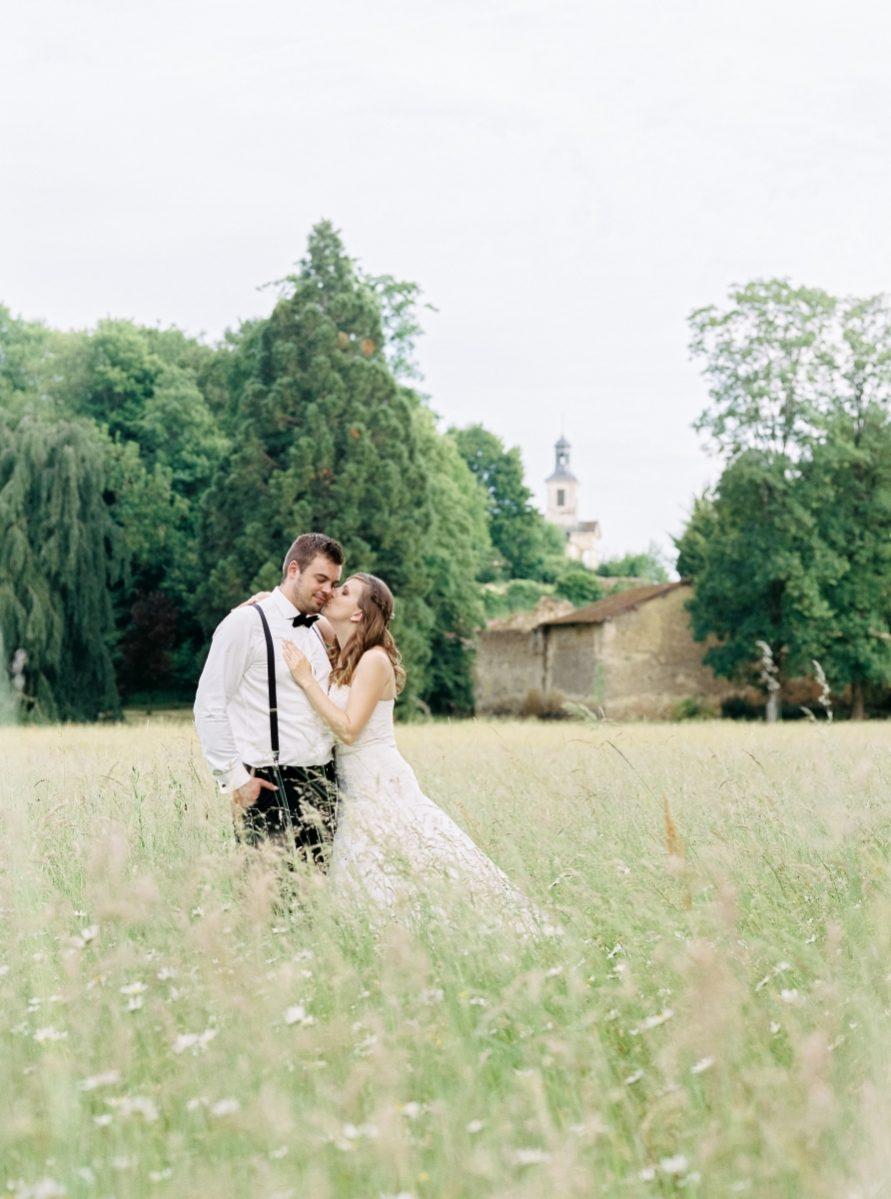 mariés dans un pré-photo-galerie-argentique-film-wedding-photographer-gregphoto-Paris-france-luxembourg