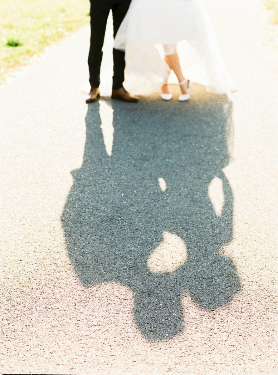 mariés ombre sur le chemin-photo-galerie-argentique-film-wedding-photographer-gregphoto-Paris-france