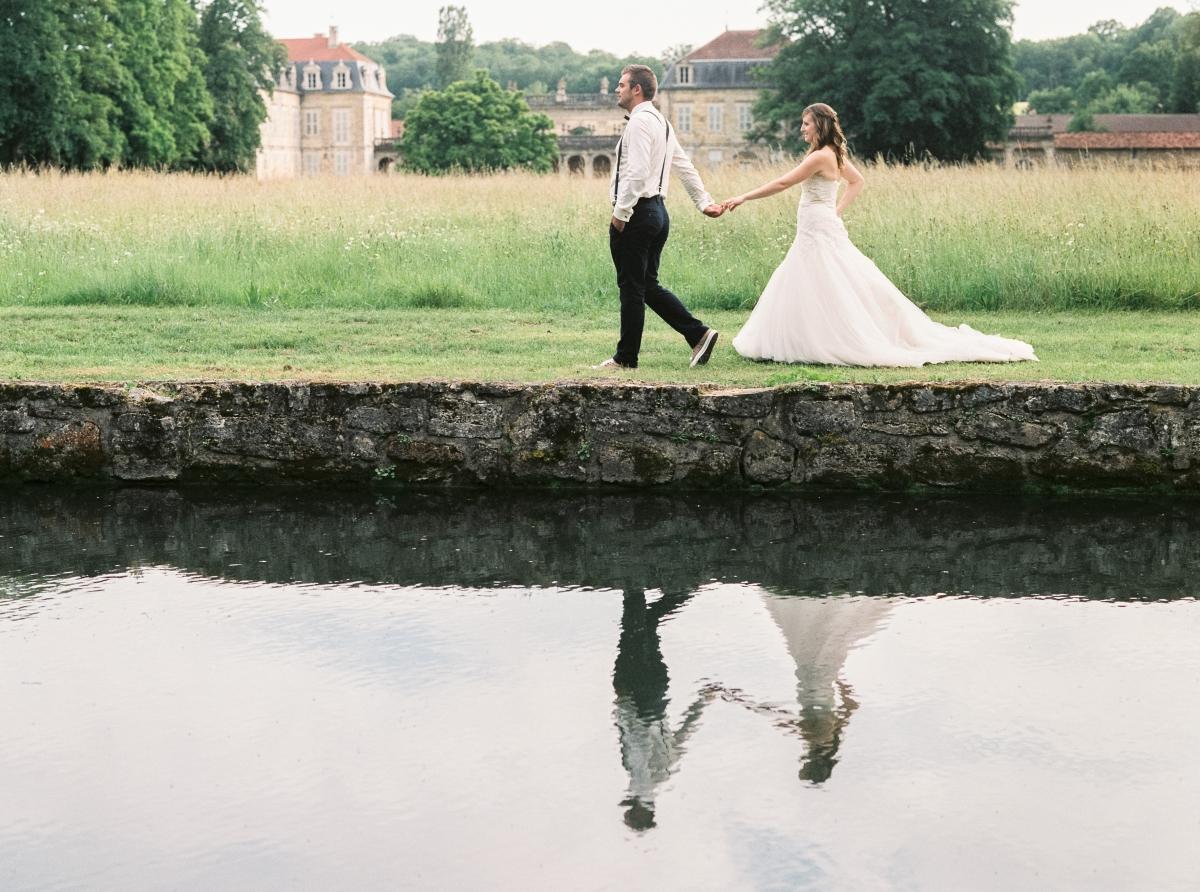 mariés marchant le long d'un canal-photo-galerie-argentique-film-wedding-photographer-gregphoto-Paris-france