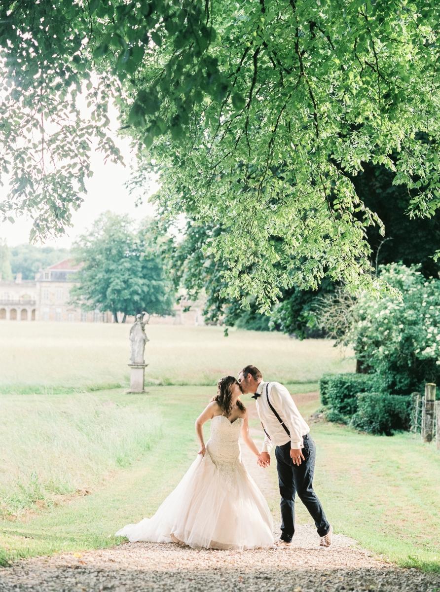mariés sous une branche d'arbre-photo-galerie-argentique-film-wedding-photographer-gregphoto-Paris-france