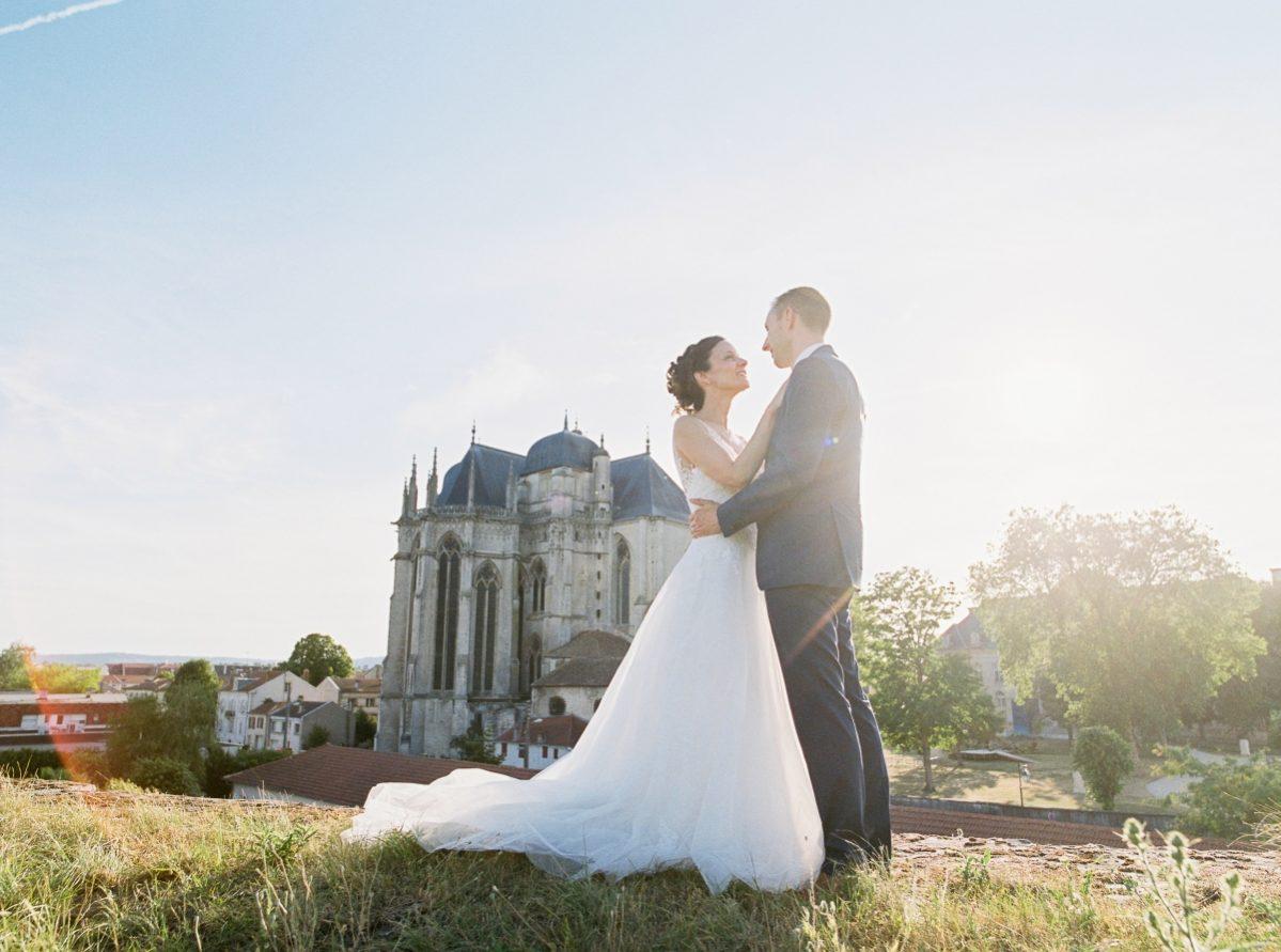 mariés devant une cathédrale-photo-galerie-argentique-film-wedding-photographer-gregphoto-Paris-france