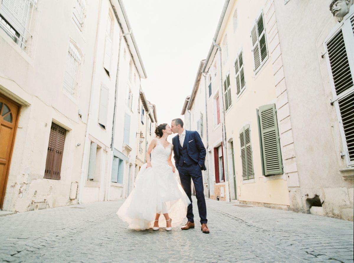 mariés dans la rue-photo en portrait-galerie-argentique-film-wedding-photographer-gregphoto-Paris-france