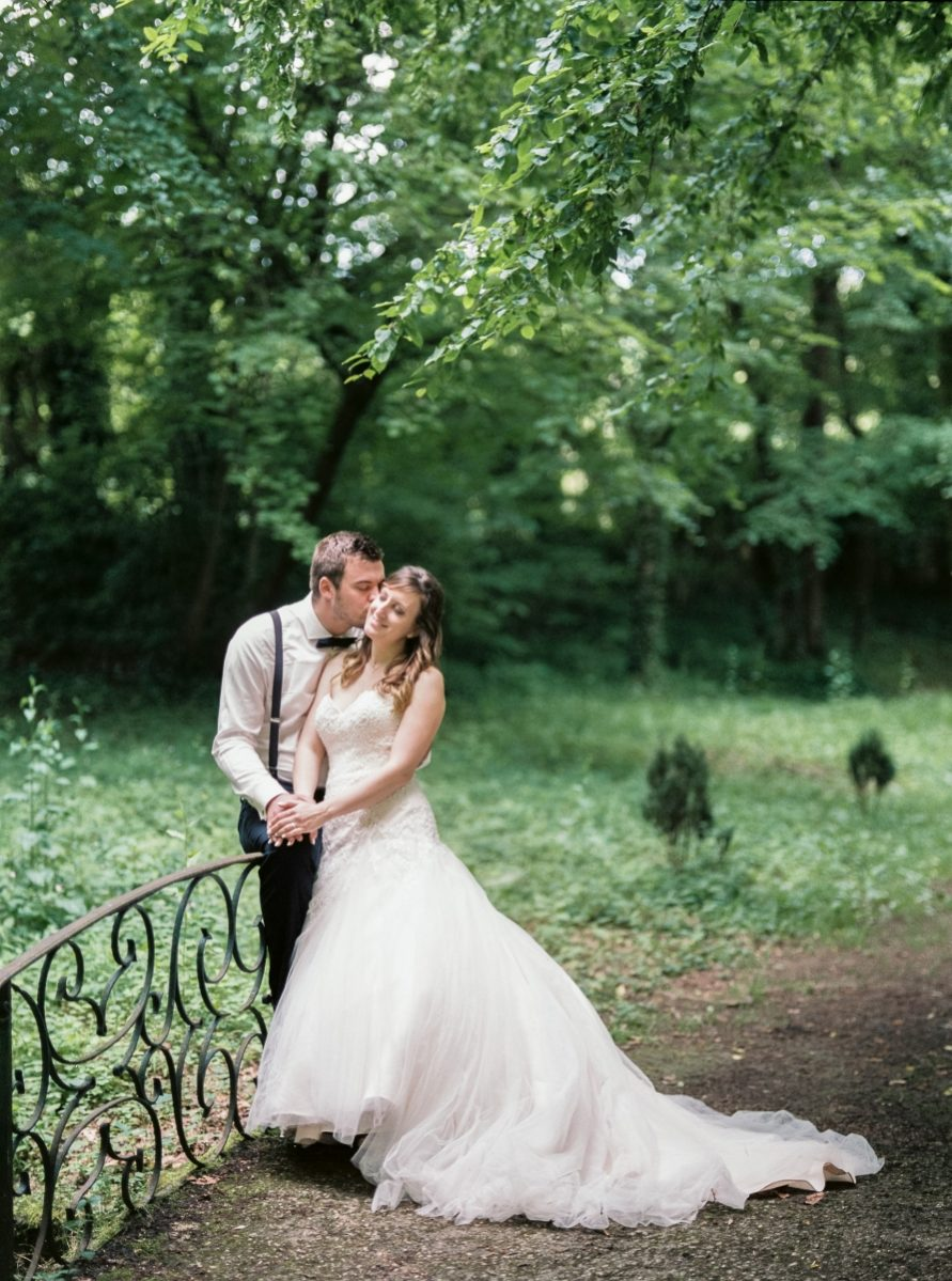 mariés se tenant la main-photo-galerie-argentique-film-wedding-photographer-gregphoto-Paris-france