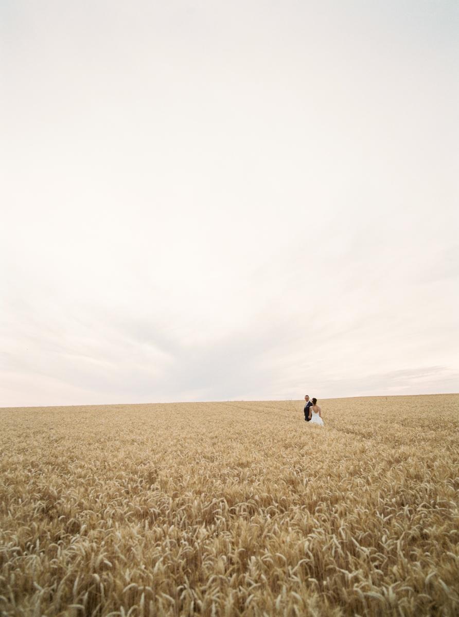 mariés dans champ de blé-photo-galerie-argentique-film-wedding-photographer-gregphoto-Paris-france