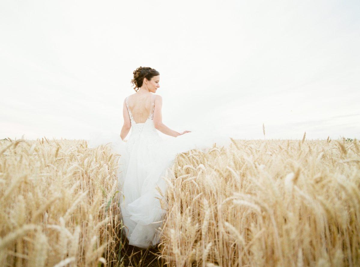 mariée seule dans champ de blé-photo-galerie-argentique-film-wedding-photographer-gregphoto-Paris-france