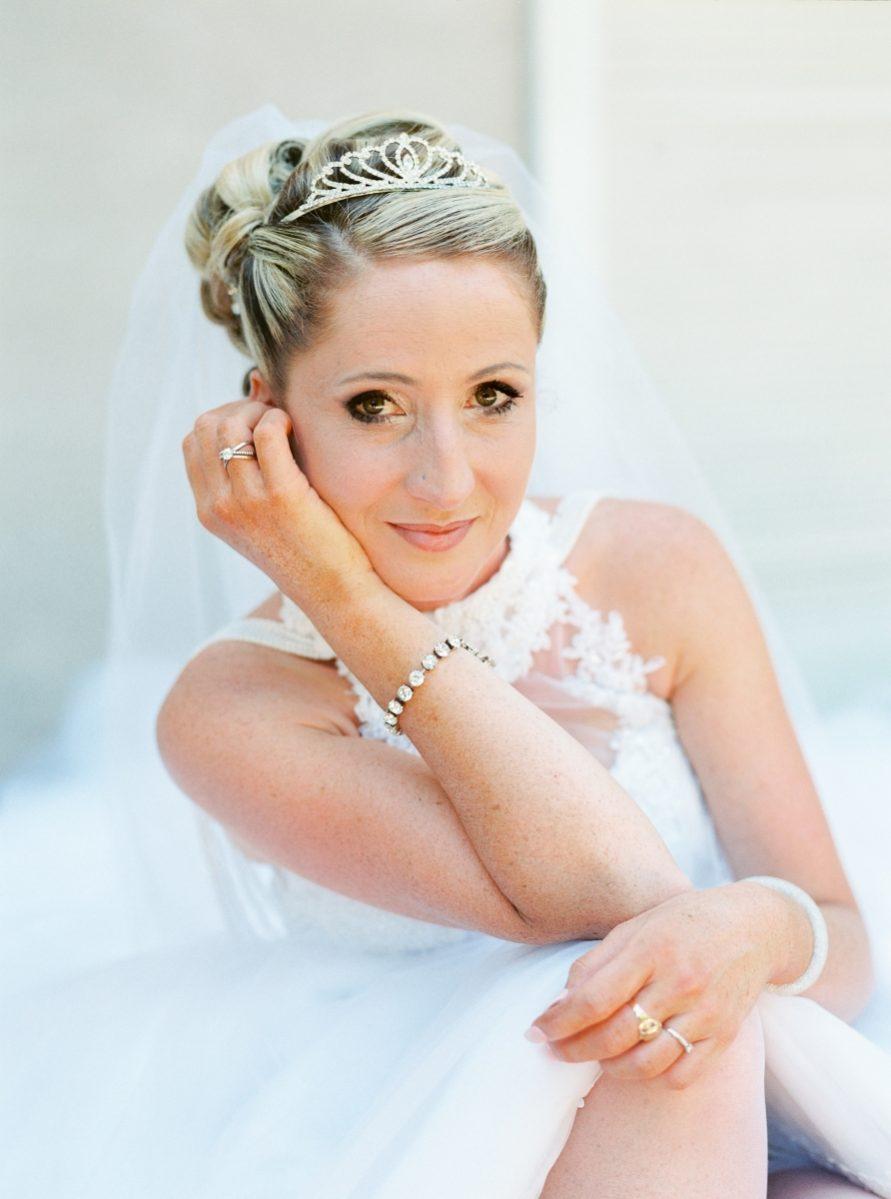 mariée seule assise sur un escalier de face-photo-galerie-argentique-film-wedding-photographer-gregphoto-Paris-france