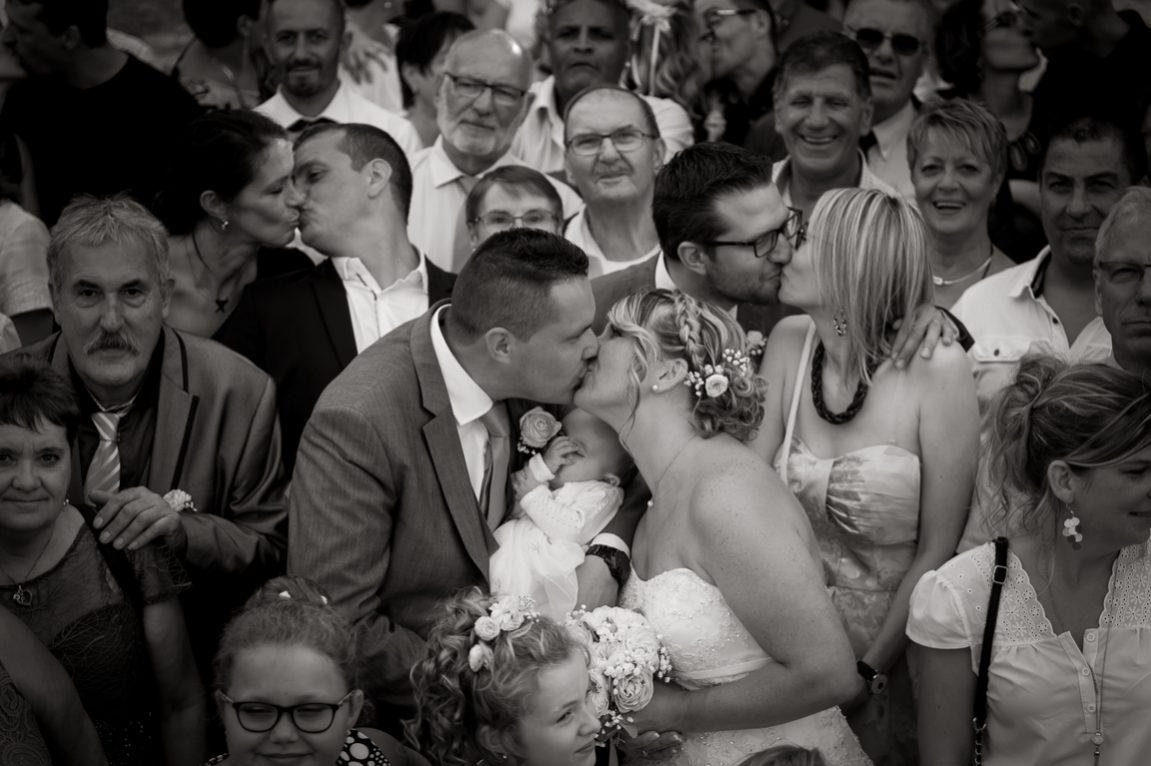 Gros plan sur mariés lors des photos de groupes mariage -photo de groupe mariage Haute Marne-photographe St Dizier- www.gregory clement.fr
