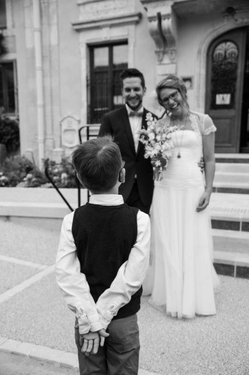 Reportage photo mariage noir et blanc Neufchateau Vosges - Les mariés devant leur fils- www.gregory clement.fr