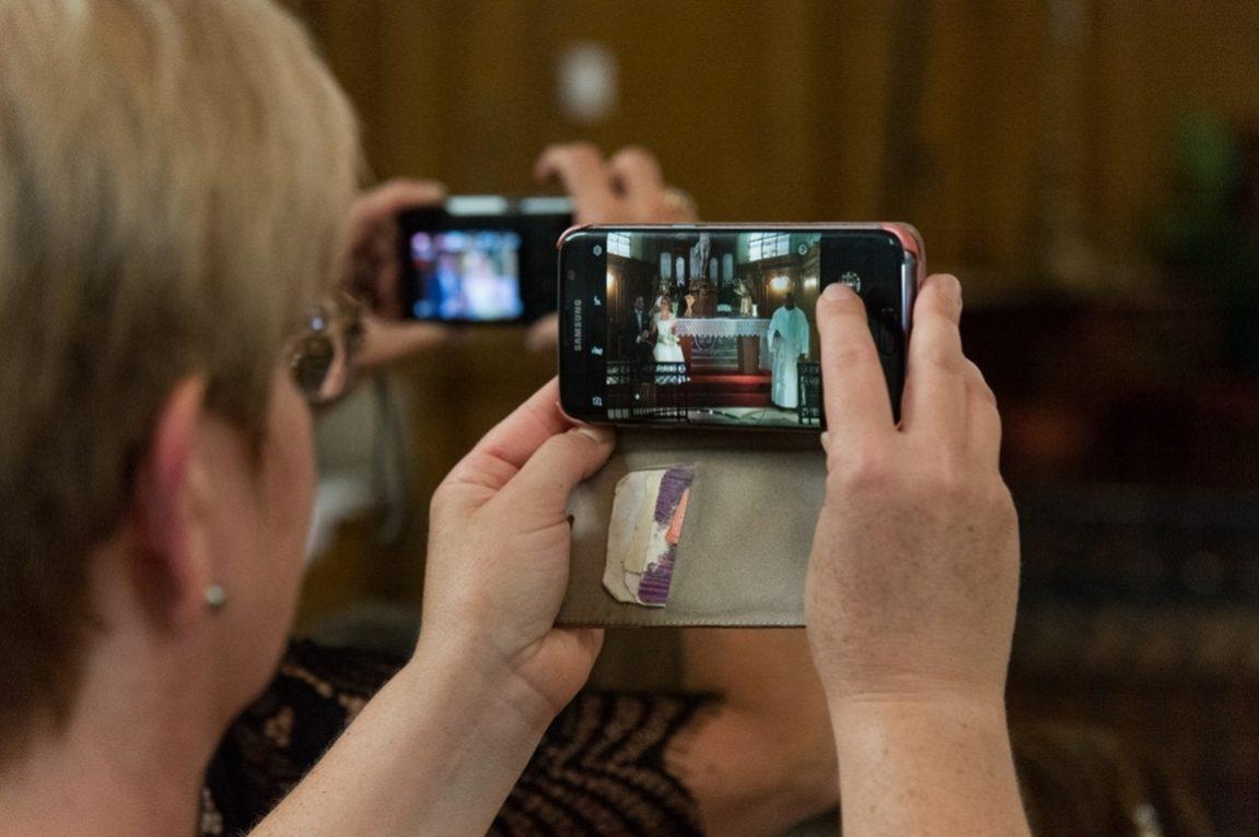 Reportage photos mariage Meurthe et Moselle- photographe Nancy mariage - photo de mariée depuis l'écran d un portable -www.gregory clement.fr