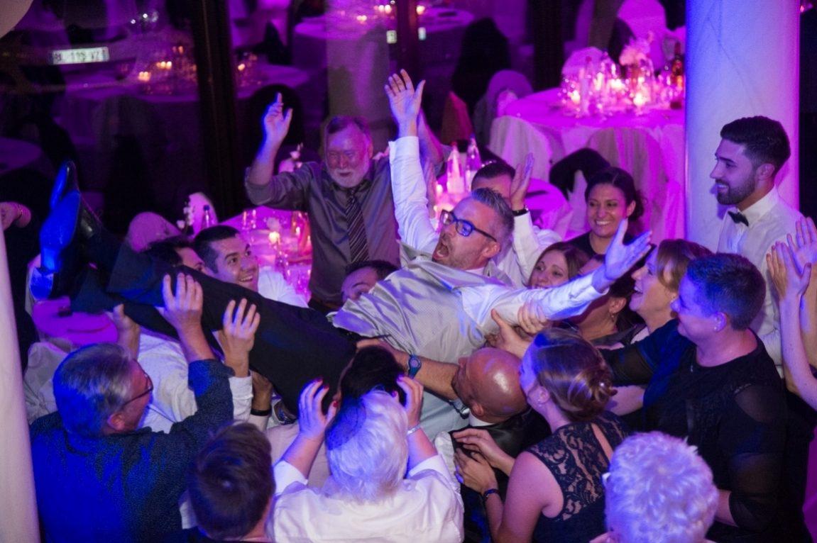 Soirée mariage-le marié est porté par les invités-photographe Nancy Mariage Metz-www.gregory clement.fr