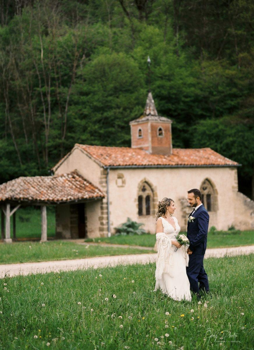 mariés devant une chapelle templière-photo en paysage-galerie-argentique-film-wedding-photographer-gregphoto-Luxembourg