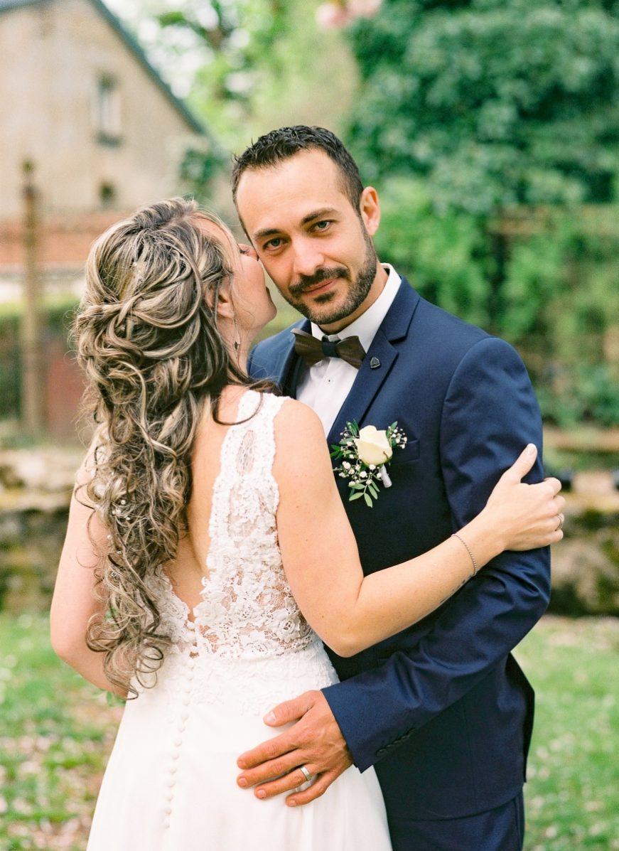 jeunes mariés à la campagne-photo en portrait-galerie-argentique-film-wedding-photographer-gregphoto-Paris-france