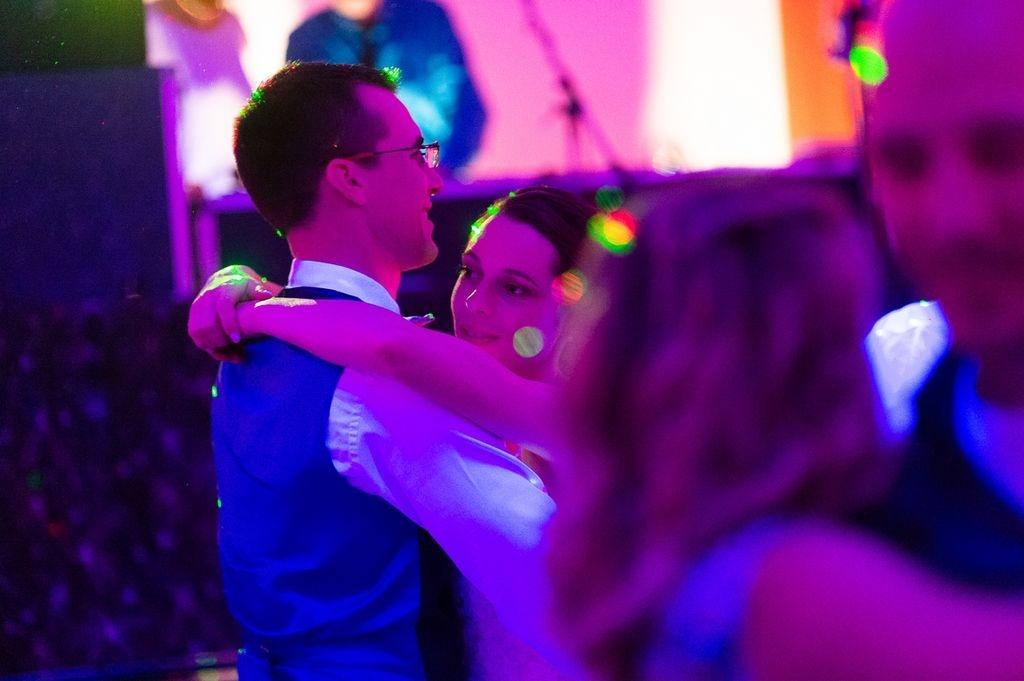 Photographe Metz Moselle Danse des mariés lors du repas de mariage Moulin de Chanteraine ®gregory clement.fr