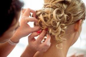 Photographe Toul Grand Est chignon de la mariée lors des préparatifs mariage ®gregory clement.fr
