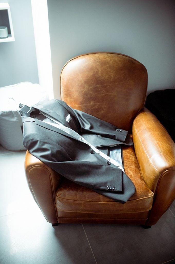 Photographe Toul Grand Est mariage Costume du mariée sur fauteuil en cuir ®gregory clement.fr