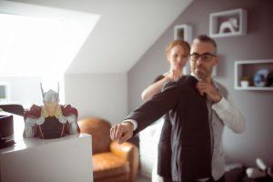 Photographe a Toul mariage en Moselle habillage du marié à son domicile ®gregory clement.fr